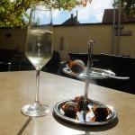Spannende Kombination von Schokolade und Wein; hier ist es Sekt mit entsprechend gefüllten Pralinen.